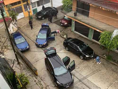Un enfrentamiento entre elementos de la Secretaría de Seguridad Pública y delincuentes dejó un saldo de cinco muertos durante el rescate de seis personas que se encontraban secuestradas en una casa de la colonia Cuauhtémoc, en Xalapa.