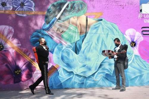 En el Día Internacional del Mariachi, ayer los músicos callaron en la Plaza Garibaldi debido a la contingencia sanitaria por el Covid-19. Apenas se alcanzaron a escuchar voces, instrumentos y el sonido de las trompetas de algunos que no se dan por vencidos. Foto Luis Castillo