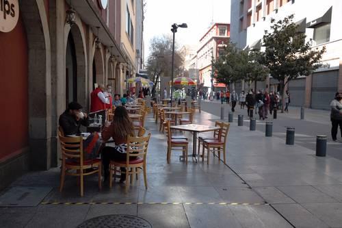 Para sobrevivir a la crisis, algunos restaurantes han colocado sillas y mesas en las aceras.