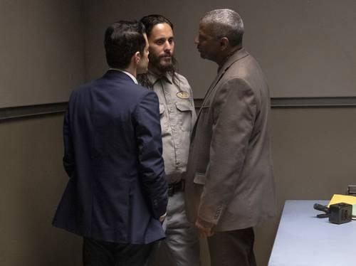 De izquierda a derecha los actores Rami Malek, Jared Leto y Denzel Washington en una escena de la película The little things.