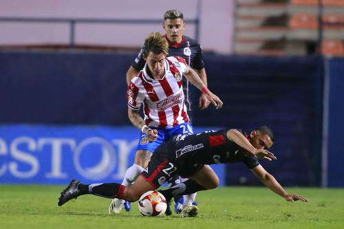 Ricardo Chávez, de San Luis, y Cristian Calderón, de Chivas, en el partido disputado en el estadio Alfonso Lastras.