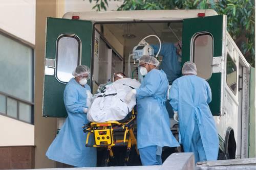 Personal médico ingresa a un paciente con Covid-19 a una unidad de terapia intensiva del Centro Médico Nacional Siglo XXI.