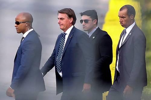 El presidente Jair Bolsonaro a su salida ayer del palacio de la Alborada, en Brasilia.