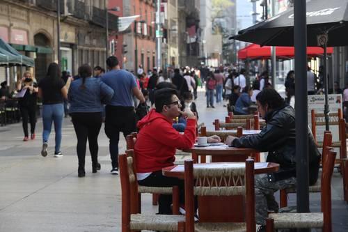 Algunas cafeterías y restaurantes que sacaron mobiliario a las aceras son las que brindan servicio.