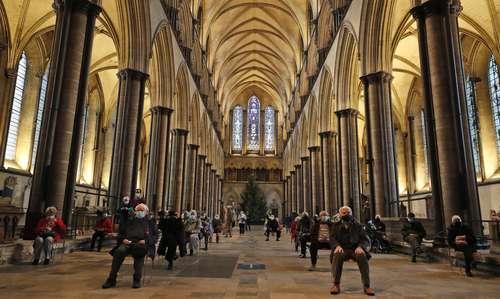 En el hermoso interior del inmueble histórico, construido al estilo gótico, esta semana empezó la vacunación para los adultos mayores en Wiltshire, Inglaterra.