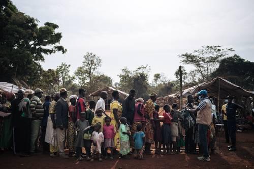 Un trabajador del Acnur dio la bienvenida hace unos días a refugiados centroafricanos en un sitio de registro ubicado en Ndu, provincia de Bas-Uele, República Democrática del Congo.