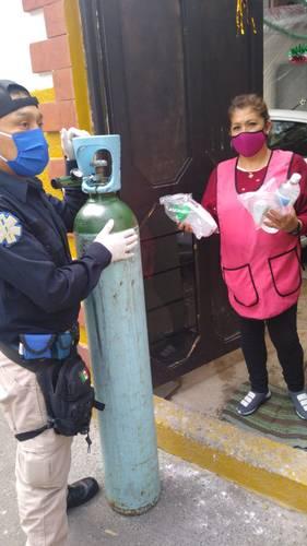 Las autoridades de Xochimilco entregaron de manera gratuita 135 tanques de oxígeno medicinal a grupos vulnerables con algún familiar enfermo de Covid-19.