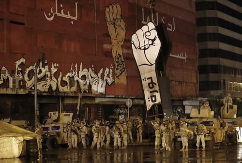 Soldados libaneses desplegados en una plaza de Trípoli donde habitualmente se reúnen manifestantes.