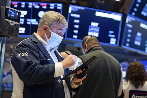 """Wall Street se prepara para otra semana de caos en el mercado, en medio de señales de que el frenesí minorista que impulsó el precio de las acciones de las empresas GameStop y AMC Entertainment se amplíe a otros activos. """"Vimos el poder de una nueva base de operadores, de su capacidad para moldear, no sólo la fortuna de una acción individual, sino también la de un gran segmento de mercado"""", dijo Sunil Krishnan, de Aviva Investors."""