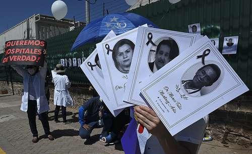 Médicos protestan en Tegucigalpa, Honduras, por la muerte de colegas a causa del Covid-19.