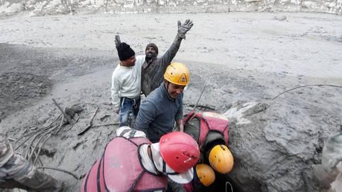 Un hombre se muestra agradecido tras ser rescatado por elementos de la policía fronteriza indo-tibetana, después de que una parte del glaciar Nanda Devi se desprendió en el área de Tapovan, del estado norteño de Uttarakhand, en India.