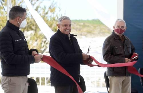 El presidente Andrés Manuel López Obrador inauguró un camino rural en San Mateo Tlapiltepec, Oaxaca. Entre otros funcionarios, lo acompañó el gobernador Alejandro Murat (izquierda).