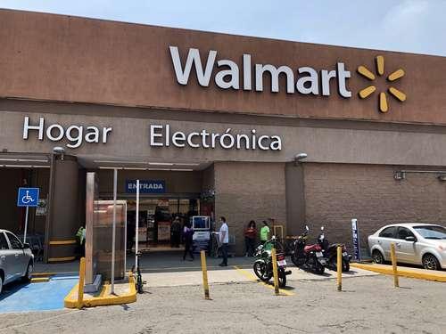 Walmart informó este jueves que este año invertirá alrededor de 22 mil 200 millones de pesos en México y Centroamérica, 27 por ciento más respecto de lo que desembolsó durante 2020. Los recursos, detalló, se destinarán principalmente a la construcción de nuevas tiendas, al fortalecimiento del segmento de comercio electrónico y tecnología, y al mejoramiento de la logística. En tanto, la empresa de paquetería Estafeta anunció la inversión de alrededor de mil 950 millones de pesos en México, un aumento de 135 por ciento en comparación con los 830 millones que inyectó el año pasado. Estafeta adquirirá mil 190 vehículos y construirá un hub (centro de conexión) en la zona metropolitana de la Ciudad de México, el cual arrancará operaciones en 2022.