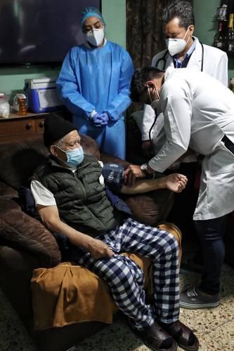 Brigadas de vacunación contra el Covid-19 visitaron los domicilios de personas de la tercera edad para aplicarles el antígeno. Foto Marco Peláez