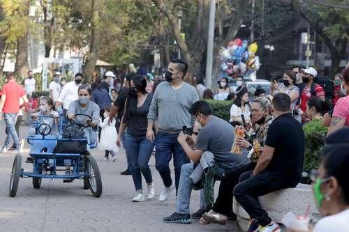 SE RELAJA EL CONFINAMIENTO. En el Parque México, como en otros de la capital, muchos aprovecharon que sigue el naranja en el semáforo epidemiológico para un baño de sol.