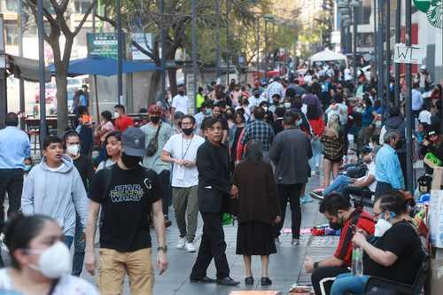 Pese a que sigue vigente la recomendación de salir sólo lo necesario o quedarse en casa, las calles del Centro de la CDMX lucen atestadas (la imagen, en la avenida Juárez).