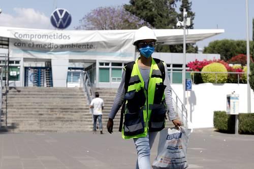 """Tras el desabasto de gas de la semana pasada, las automotrices Volkswagen y Audi planean reactivar sus operaciones en México a partir de este lunes, dado que se ha podido garantizar el hidrocarburo. El lunes por la noche Volkswagen reanudará la producción de su modelo Tiguan para dar tiempo así a que sus proveedores normalicen sus actividades, informó el domingo la automotriz. """"Damos a conocer que el segmento de Tiguan reiniciará actividades este 22 de febrero a las 23:30 horas"""", informó la empresa en un comunicado. Mientras que el paro en la producción del Jetta se extenderá hasta el martes. En tanto, Audi afirmó que retomará su ritmo de producción en su planta de Puebla también a partir del lunes. (Con datos de Reuters)"""
