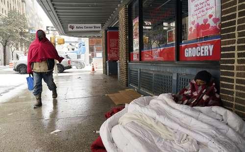 En imagen de archivo, una mujer en el centro de San Antonio. Los pobres, las minorías y, sobre todo, los migrantes son los que se congelaron y se quedaron sin luz y agua en Texas.
