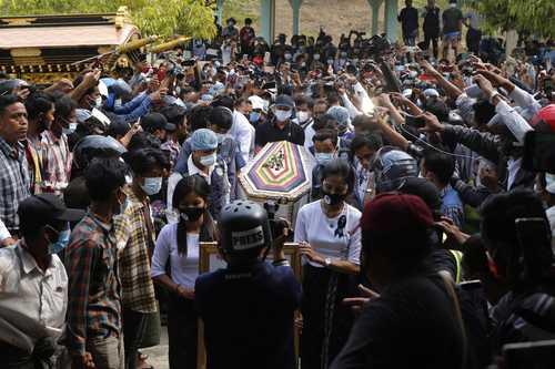 Miles de personas rindieron ayer un homenaje a Mya Thwate Thwate Khaing, joven de 20 años que se convirtió en la primera víctima de la represión militar e ícono de la resistencia contra el golpe de Estado en Myanmar. Los funerales de la joven, herida de bala el 9 de febrero y quien falleció días después, se realizaron en la periferia de la capital Naipyidó. Mientras, la escalada de tensiones provocó nuevas sanciones internacionales, que condenó ayer el Ministerio de Relaciones Exteriores.