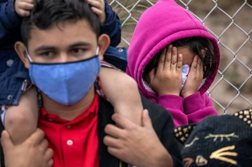 Cientos esperan en un campamento de Reynosa, Tamaulipas, a que se les deje entrar a Estados Unidos si se autoriza su solicitud de asilo ante el cambio de mandatario en esa nación.