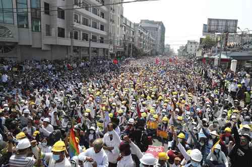 Manifestantes antigolpistas, ayer, durante una manifestación cerca de la estación de tren de Mandalay, Myanmar.