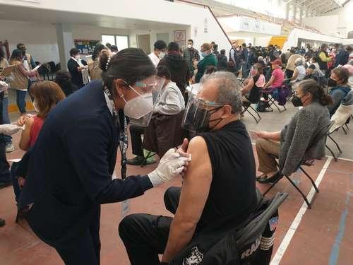 Ayer por mañana se inició en el centro cultural y deportivo Las Américas la vacunación de personas de la tercera edad en el municipio de Ecatepec, estado de México, el segundo más poblado del país.