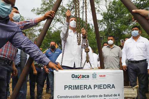 El gobernador de Oaxaca, Alejandro Murat, colocó ayer la primera piedra del centro de salud que se construirá en San Bartolo, agencia municipal de San Juan Bautista Tuxtepec.
