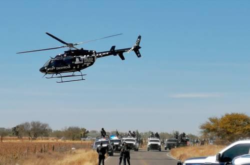 Un helicóptero de la Secretaría de Seguridad Pública de Zacatecas sobrevuela la comunidad La Unión de San Antonio, en el municipio de Pánfilo Natera, luego de un enfrentamiento entre integrantes de la Guardia Nacional y miembros de un grupo delincuencial, el miércoles. El saldo fue de dos presuntos delincuentes abatidos y seis detenidos.