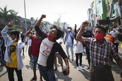 La policía disparó balas, gases lacrimógenos y cañones de agua este domingo en Yangón, donde se llevaba a cabo otra protesta contra el golpe. Decenas de estudiantes y otros manifestantes fueron aprehendidos.
