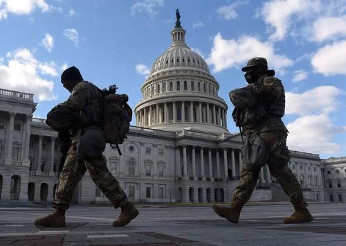Patrullaje de la Guardia Nacional en el Capitolio, donde ayer el Senado avaló un paquete de ayudas por 1.9 billones de dólares.