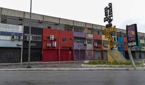 A consecuencia de la segunda ola de contagios en el país, se decretó el cierre de servicios no esenciales hasta el 20 de marzo. La imagen, ayer en Sao Paulo.