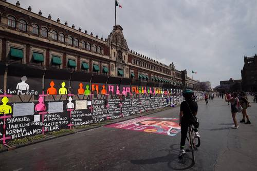 USO ALTERNO. Desde el sábado agrupaciones usaron las tapias para exhibir los nombres de víctimas de feminicidio; ayer colocaron flores y listones morados.
