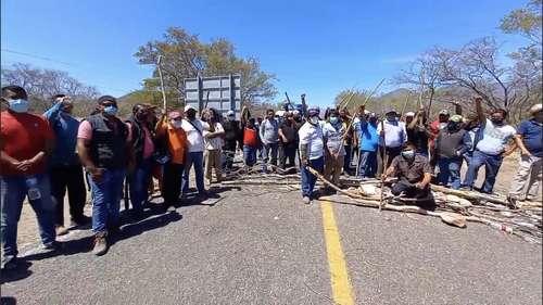 Músicos de Juchitán demandan apoyos; bloquean por segundo día la carretera vía panamericana