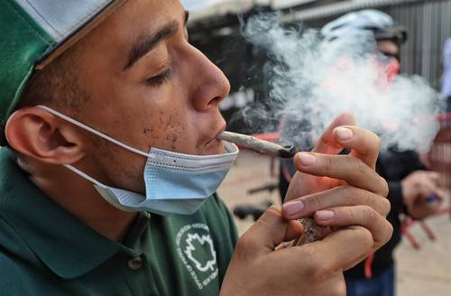 Hay riesgo de que la reforma se entrampe, dijo Rodríguez. En la imagen, un joven frente al Senado.