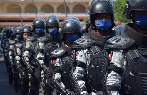 Elementos de la Guardia Nacional marchan durante la presentación de los agrupamientos para el rescate humanitario, en Tapachula, Chiapas, ante enviados del gobierno de Guatemala.