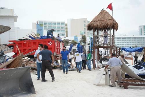 Con apoyo de maquinaria, agentes federales y estatales recuperaron la madrugada de ayer la playa pública Gaviota Azul, en Punta Cancún, municipio de Benito Juárez, Quintana Roo, luego de que empresarios de la discoteca Mandala instalaron mobiliario sin permiso.