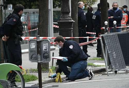 """Un hombre murió y una mujer resultó herida de bala afuera del hospital privado Henry Dunant, propiedad de la Cruz Roja, ubicado en el distrito XVI de París, en un presunto ajuste de cuentas perpetrado por un encapuchado que huyó en una motocicleta. """"La fiscalía abrió una investigación"""", indicó el Ministerio Público. Las víctimas fueron atendidas por el personal del establecimiento. La mujer lesionada es agente de seguridad del hospital. El nosocomio es también un centro de vacunación contra el Covid-19. El alcalde del distrito XVI, Francis Szpiner, descartó que se trate de """"un ataque terrorista""""."""