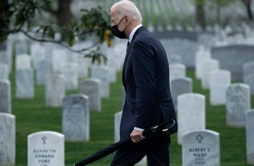 El presidente estadunidense Joe Biden visitó ayer el cementerio de Arlington para rendir homenaje a los soldados caídos en la guerra en Afganistán
