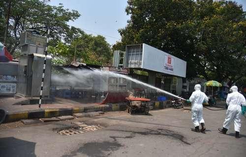 En plena alza de contagios, personal especializado rocía desinfectante en la ciudad india de Hyderabad.