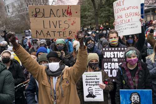 Manifestantes ayer en el condado de Hennepin, Minneapolis, exigen justicia durante los alegatos finales del juicio contra el ex oficial de policía Derek Chauvin por la muerte del afroestadunidense George Floyd.