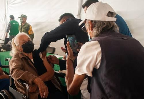 Personas mayores de la alcaldía Venustiano Carranza acudieron a la antigua Primera Región Militar para recibir la segunda dosis de la vacuna Sinovac contra el Covid-19.