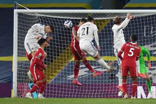 El Leeds, que dirige Marcelo Bielsa, arrebató un punto al Liverpool con gol en los últimos minutos de Diego Llorente, para terminar con empate 1-1 el partido correspondiente a la fecha 32 de la Liga Premier, disputado en el estadio Elland Road. Sadio Mané había adelantado a los Reds al minuto 31. El equipo del puerto es sexto con 53 puntos, mientras los Whites son décimos con 46 unidades.