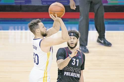 Stephen Curry sigue enrachado; anotó 49 unidades en el triunfo107-96 de Warriors ante 76ers, gracias a 10 triples, e hiló 11 partidos con al menos 30 puntos, la mayor racha en la historia para un jugador de al menos 33 años, que tenía Kobe Bryan.