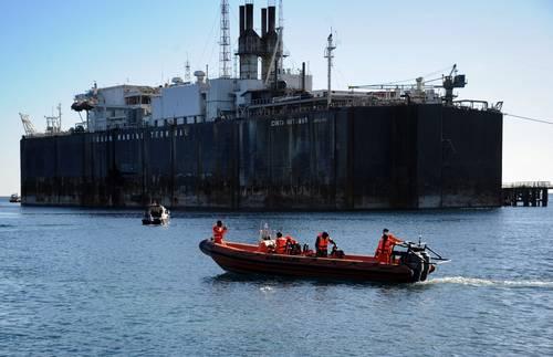 """Barcos de la marina de Indonesia trataban de localizar un submarino desaparecido con 53 personas. El KRI Nanggala 402, construido hace unos 40 años, iba a participar en maniobras militares. La tripulación pidió autorización para sumergirse el miércoles de madrugada y, desde entonces, no ha respondido a las comunicaciones o señales. """"Las reservas de oxígeno durante un fallo eléctrico son de 72 horas"""", es decir, que podrían agotarse mañana, indicó el jefe de estado mayor de la marina, Yudo Margono. Lloyd Austin, secretario estadunidense de Defensa, hablará hoy con su par indonesio, Prabowo Subianto, para discutir cómo puede ayudar Washington en la búsqueda."""