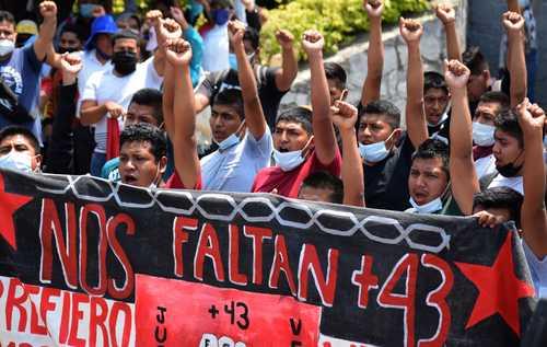 PROTESTA DE NORMALISTAS EN CHILPANCINGO. Estudiantes de Ayotzinapa marcharon para reprochar al Presidente el incumplimiento de su promesa para resolver, en su primer año de gobierno, el crimen.