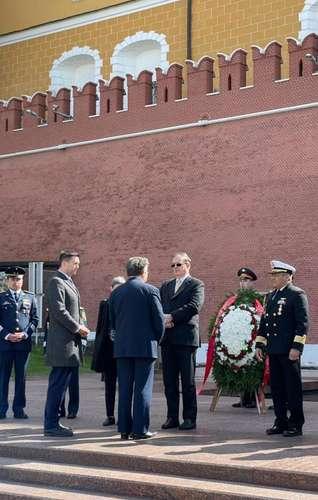 El canciller Marcelo Ebrard asegura que se cumplieron todas las expectativas de su viaje a Rusia. En la imagen, durante su visita al monumento al Soldado Desconocido en Moscú.