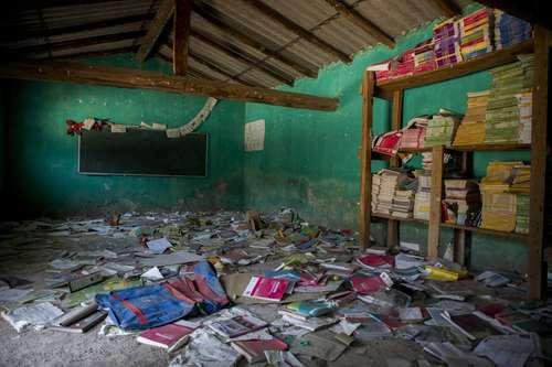 En la comunidad de Paraíso, municipio de Chilapa de Álvarez, Guerrero, vivían alrededor de 30 familias, que fueron desplazadas por el grupo criminal Los Ardillos. El pueblo quedó abandonado y en algunas paredes aún se pueden observar marcas de balas. Integrantes de la policía comunitaria vigilan las carreteras.