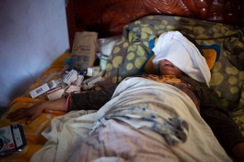 Micaela Morales, a quien una mujer le arrojó ácido a los ojos, se refugia en casa de su hermana Margarita, en el centro de Colipa, Veracruz, en una habitación rústica con poca luz y una cortina en lugar de puerta.