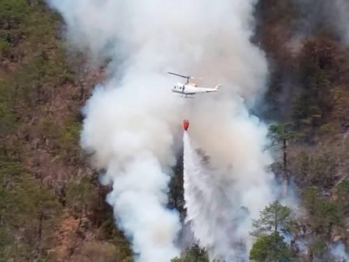 Fuertes rachas de viento provocaron que un helicóptero de Protección Civil girara y descendiera a un costado de una ladera en la sierra de Rayones, en Nuevo León, donde se combate un incendio desde el 7 de abril. No hubo heridos.