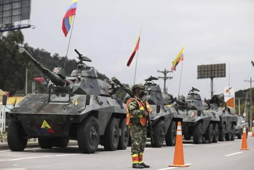 Soldados vigilan las casetas de peaje para evitar que se acerquen manifestantes en las afueras de Bogotá.